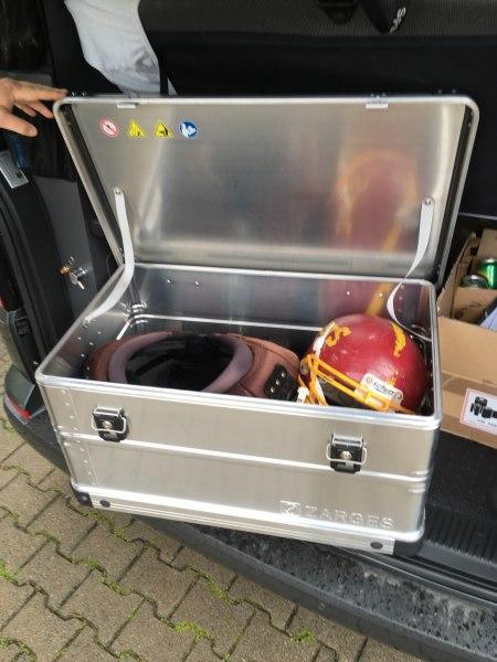 Football-Ausrüstung fertig für den Platz - Zarges Mobilbox K424 XC 99 Liter